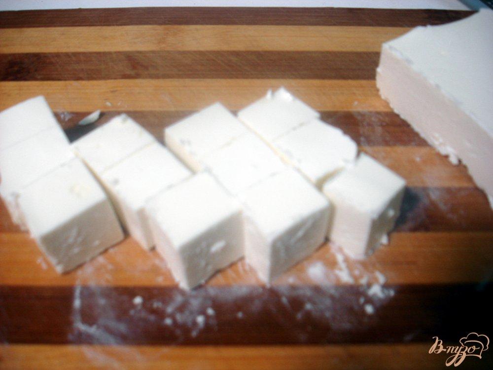 Фото приготовление рецепта: Закуска из сыра и помидоров шаг №3
