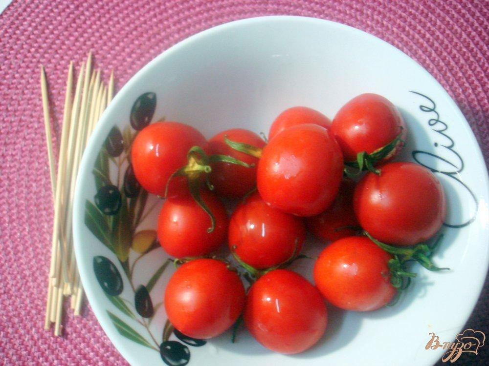 Фото приготовление рецепта: Закуска из сыра и помидоров шаг №1