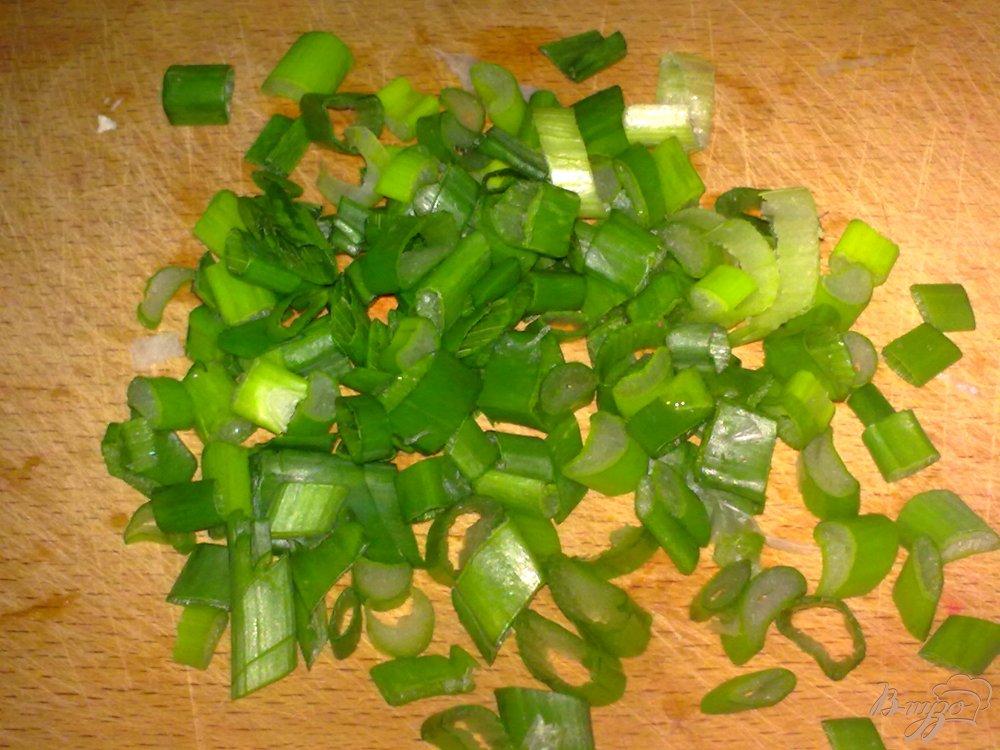 Фото приготовление рецепта: Салат из кольраби с семечками шаг №2