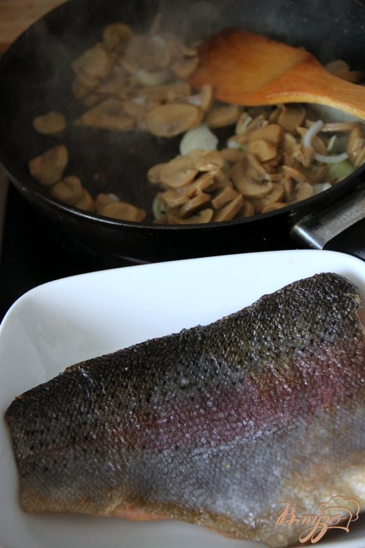 Лосось с грибами в сливочно-творожном соусе
