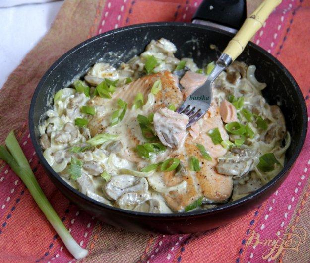 Рецепт Лосось с грибами в сливочно-творожном соусе