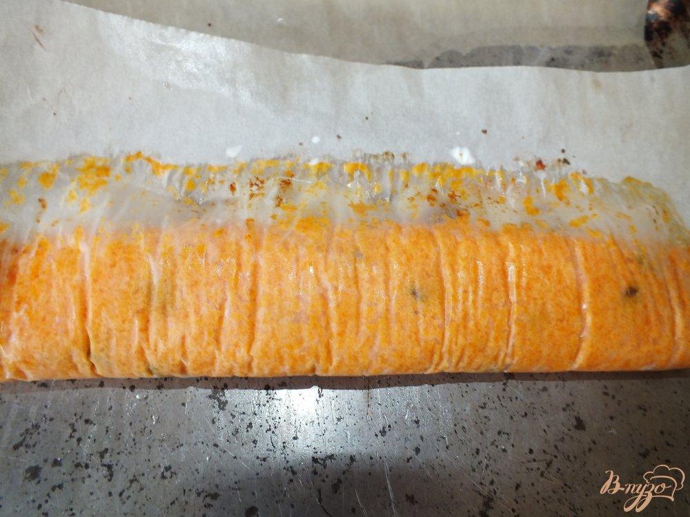 Фото приготовление рецепта: Морковный рулет с курагой шаг №6
