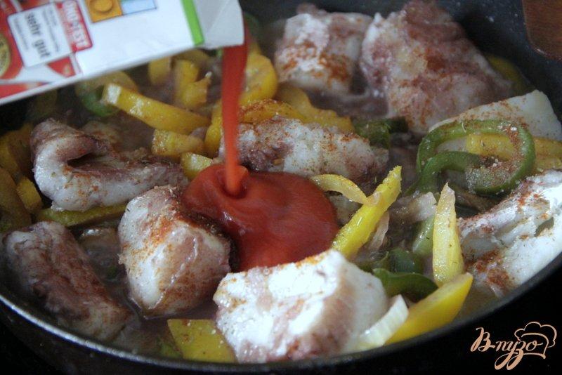 Фото приготовление рецепта: Венгерский рыбный паприкаш шаг №4