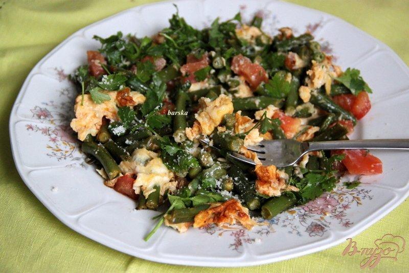 Фото приготовление рецепта: Омлет с зелёной фасолью и томатами шаг №7