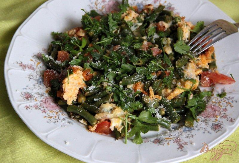 Фото приготовление рецепта: Омлет с зелёной фасолью и томатами шаг №6