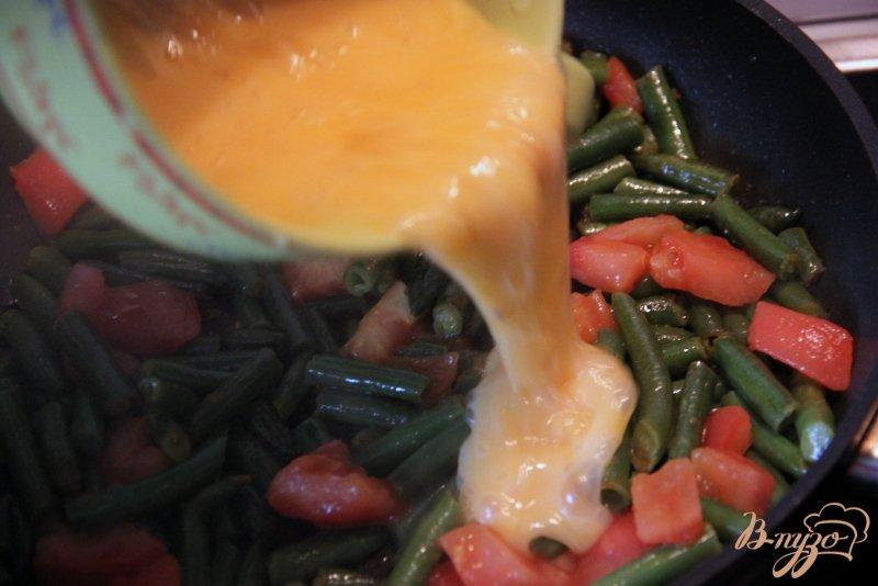Фото приготовление рецепта: Омлет с зелёной фасолью и томатами шаг №3