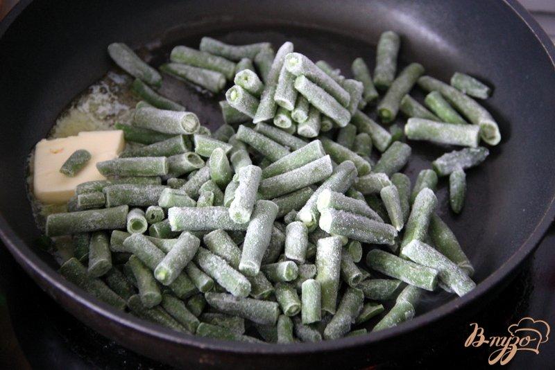 Фото приготовление рецепта: Омлет с зелёной фасолью и томатами шаг №1