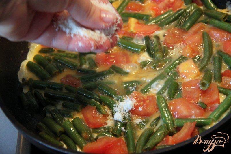 Фото приготовление рецепта: Омлет с зелёной фасолью и томатами шаг №4