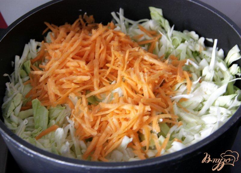 Фото приготовление рецепта: Луковый суп с капустой шаг №4