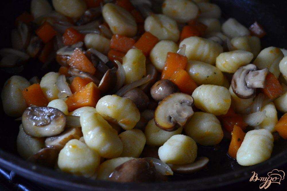 Фото приготовление рецепта: Ньокки с тыквой и грибами шаг №3