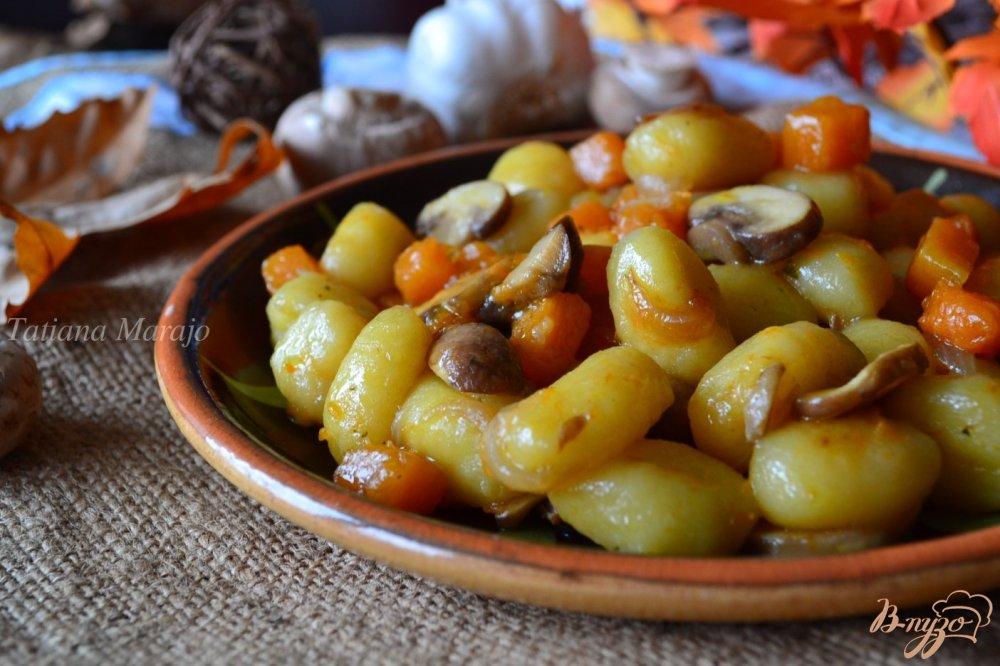 Фото приготовление рецепта: Ньокки с тыквой и грибами шаг №4