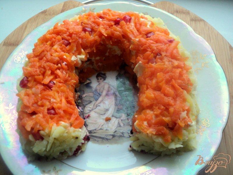 Фото приготовление рецепта: Салат «Гранатовая подкова» шаг №8