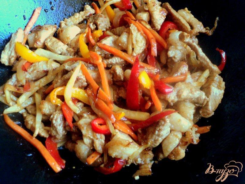 Фото приготовление рецепта: Свинина с овощами по-китайски шаг №6