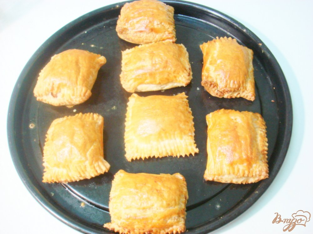 Фото приготовление рецепта: Слоёные пирожки с мясом шаг №9