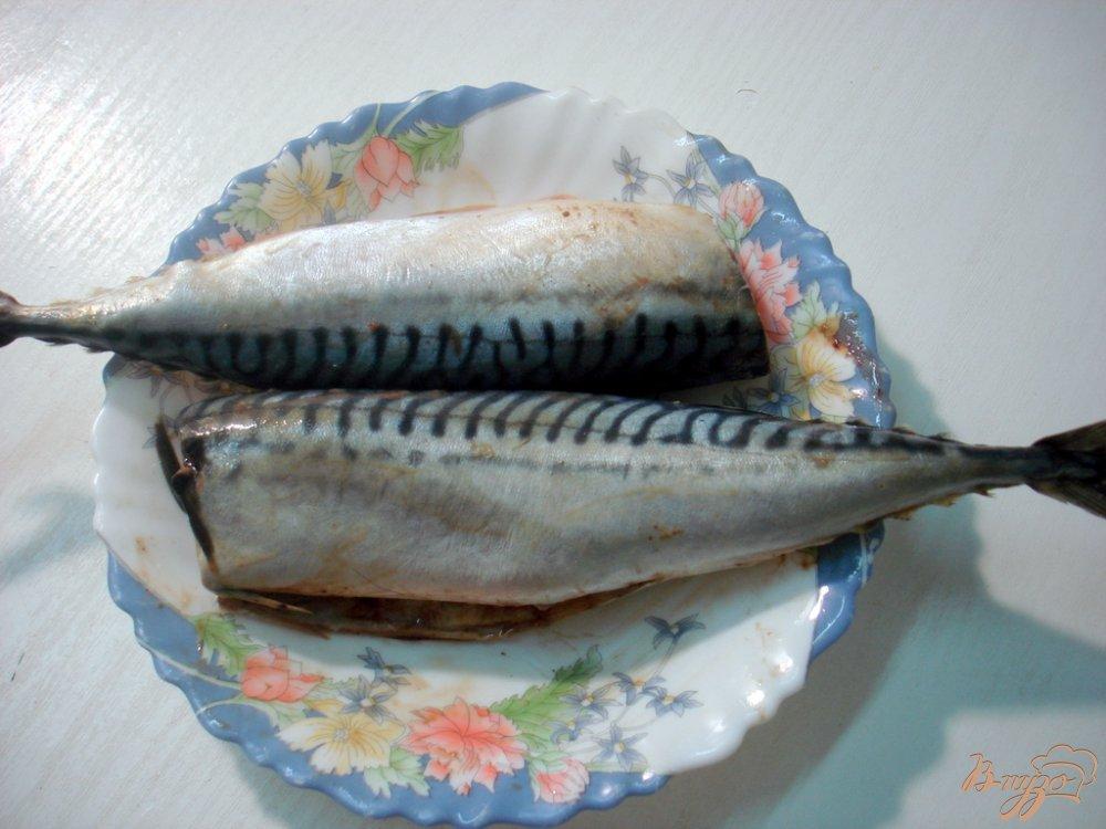 Фото приготовление рецепта: Скумбрия запеченная на луковой подушке шаг №1