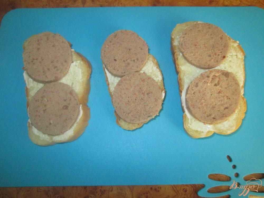 Фото приготовление рецепта: Горячие бутерброды с ливерной колбасой и помидорами шаг №5