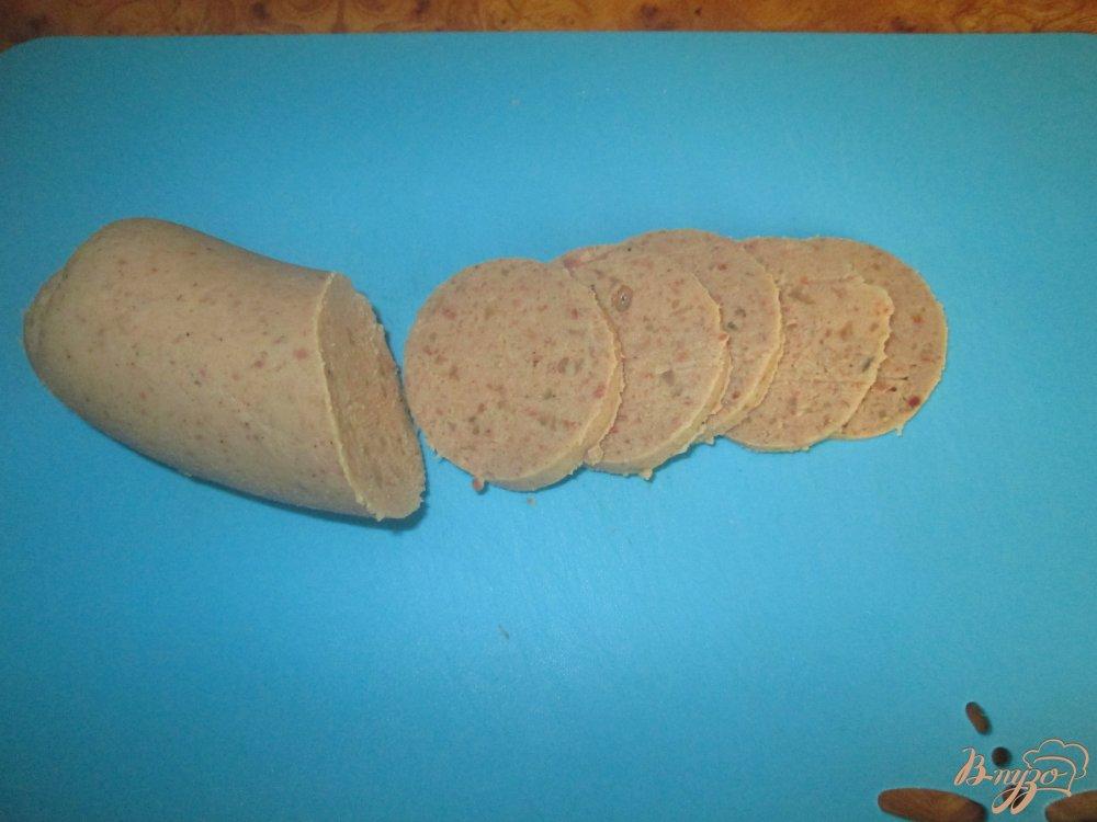 Фото приготовление рецепта: Горячие бутерброды с ливерной колбасой и помидорами шаг №2