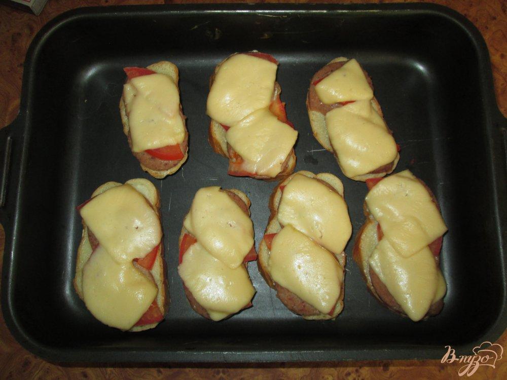 Фото приготовление рецепта: Горячие бутерброды с ливерной колбасой и помидорами шаг №7