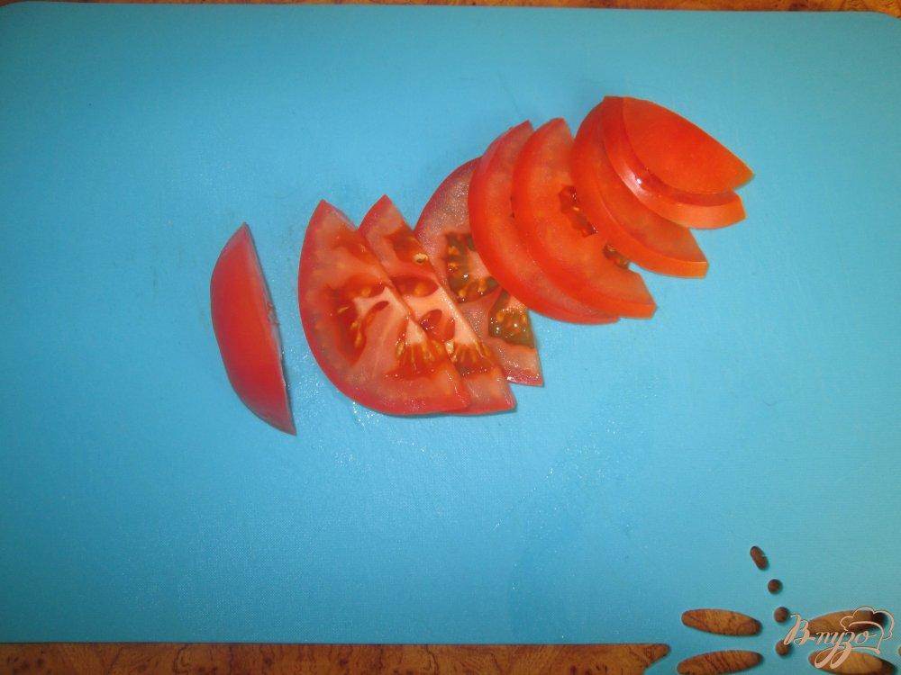 Фото приготовление рецепта: Горячие бутерброды с ливерной колбасой и помидорами шаг №3