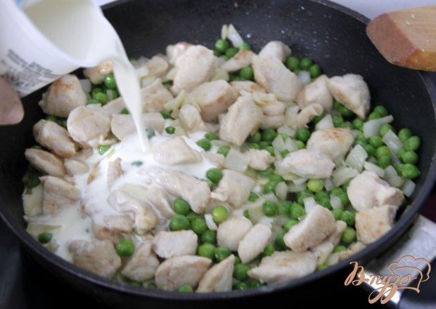 Гнезда из  спагетти с курицей, зелёным  горошком в сливочном соусе