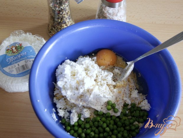 Сырники с яйцами и зелёным горошком