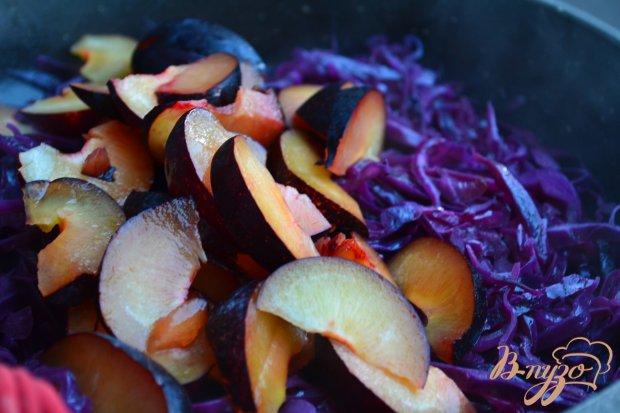 Гарнир из красной капусты со сливами