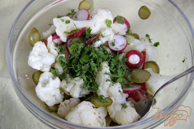 Салат из цветной капусты, редиски и маринованных огурцов