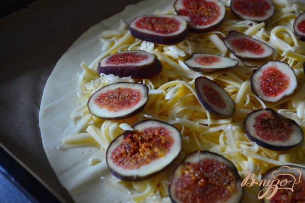 Закусочная лепешка с сыром, инжиром и маринованным луком