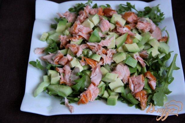 Салат  с рукколой, авокадо, красной рыбы