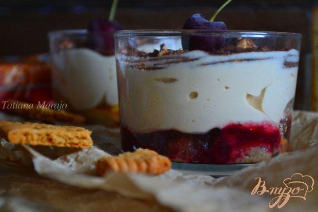 Десерт с фруктами и кофейным кремом