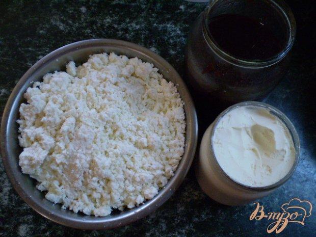 Десерт творожный с вишневым джемом