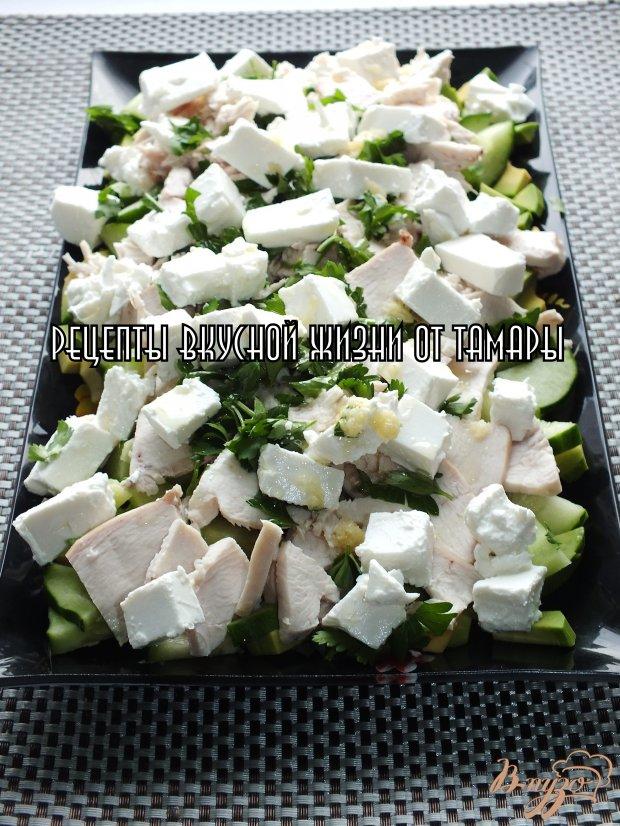 Салат с авокадо, сыром и курицей
