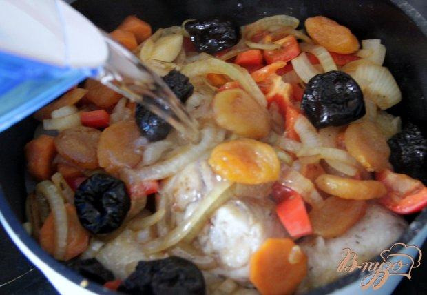Куриные голени с овощами и сухофруктами