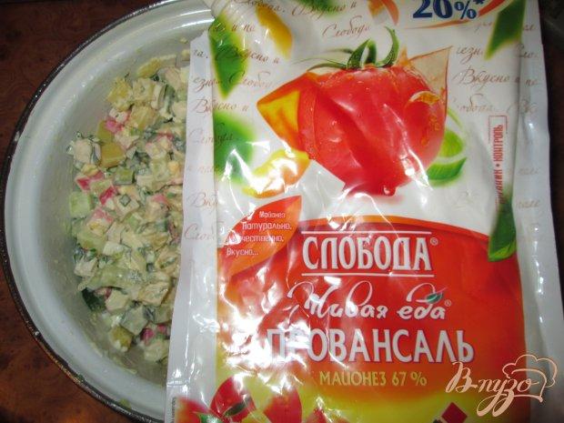 Салат с крабовыми палочками, картофелем и огурцом