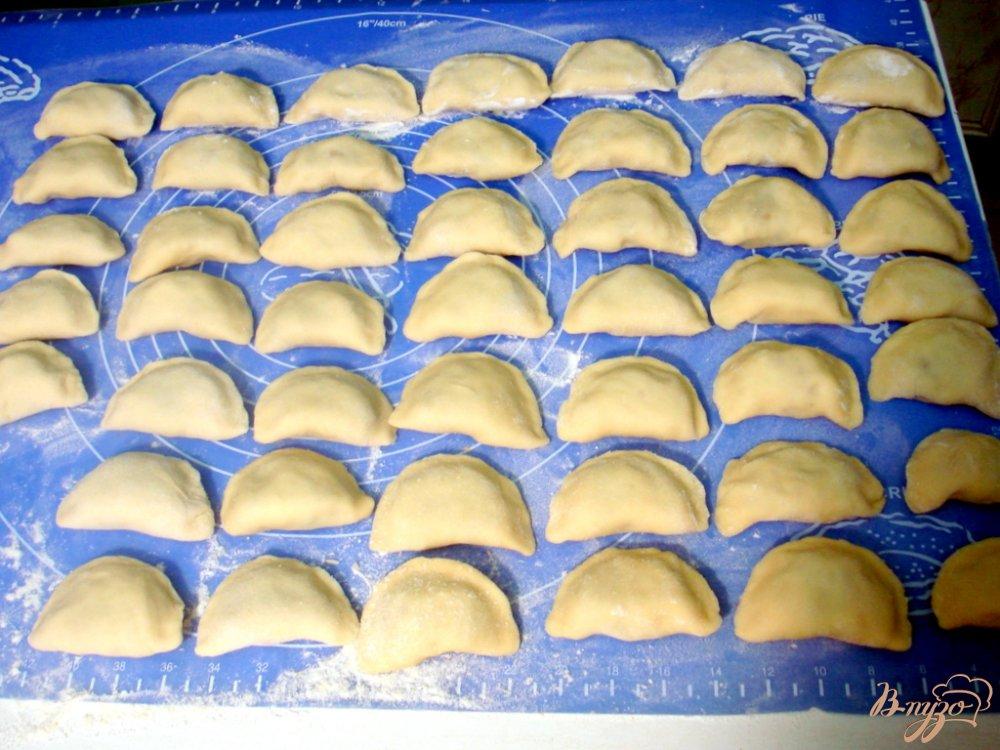 Фото приготовление рецепта: Вареники с картофелем, грибами и сыром шаг №11