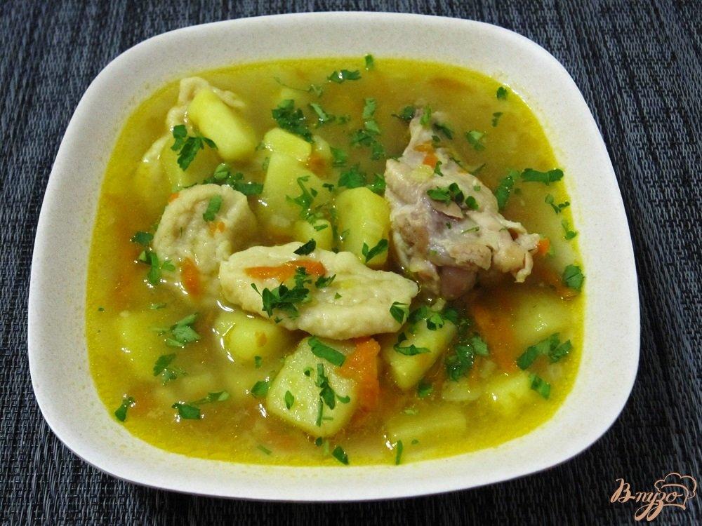 Фото приготовление рецепта: Суп с галушками и куриными крылышками шаг №12