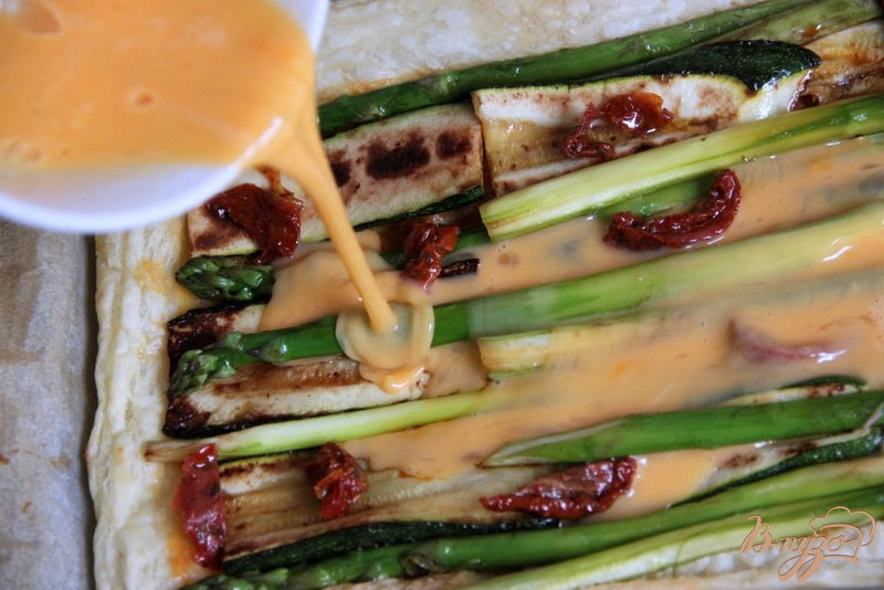 Фото приготовление рецепта: Флан с зеленой спаржой и цуккини шаг №8