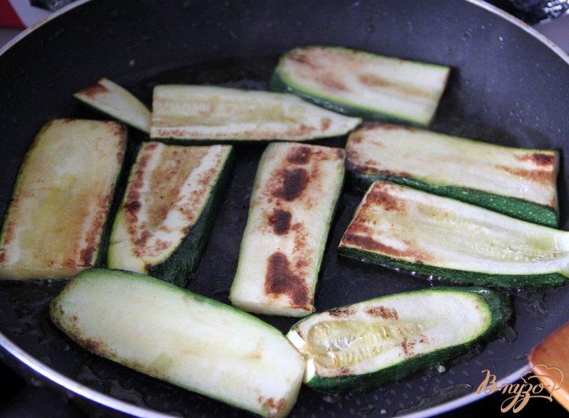 Фото приготовление рецепта: Флан с зеленой спаржой и цуккини шаг №3