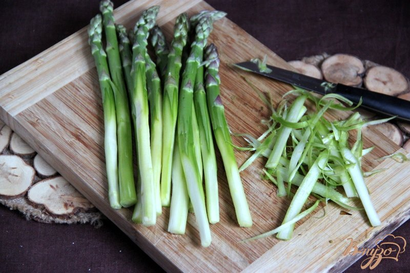 Фото приготовление рецепта: Флан с зеленой спаржой и цуккини шаг №2