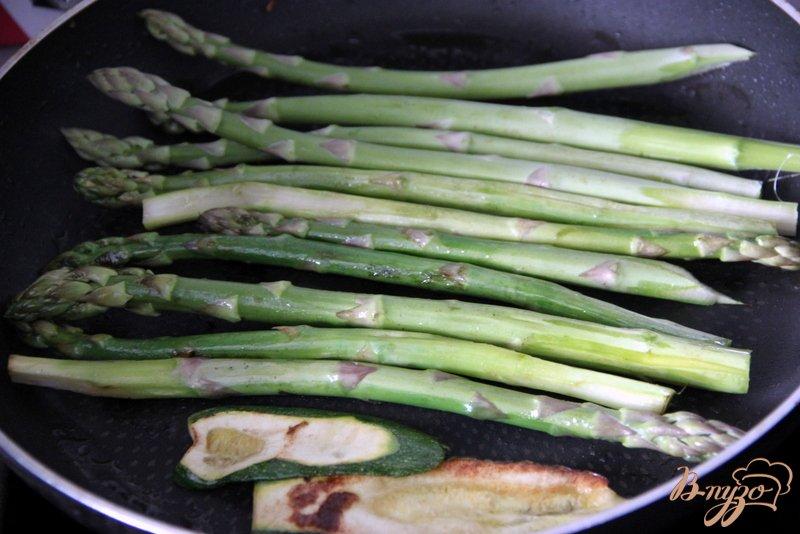 Фото приготовление рецепта: Флан с зеленой спаржой и цуккини шаг №4