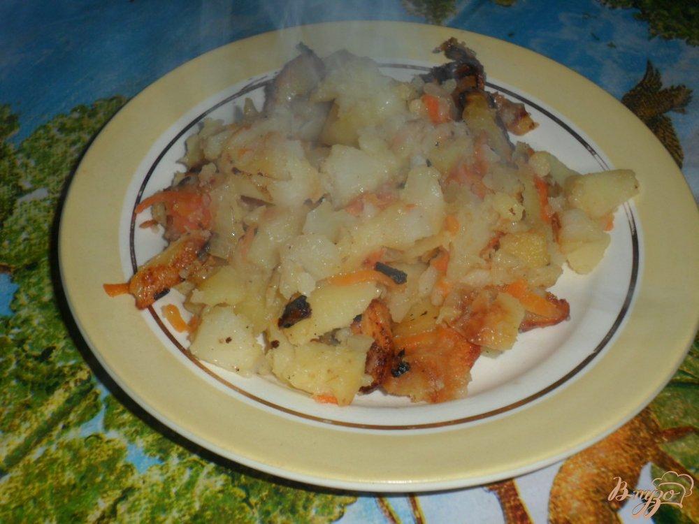 Фото приготовление рецепта: Жареный картофель с луком и морковкой шаг №5