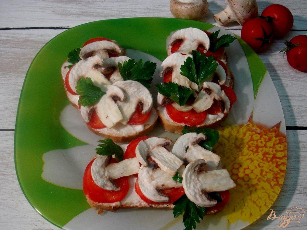 Фото приготовление рецепта: Бутерброды с сырыми шампиньонами шаг №4
