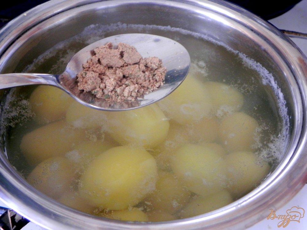 Фото приготовление рецепта: Отварной картофель со специями шаг №3