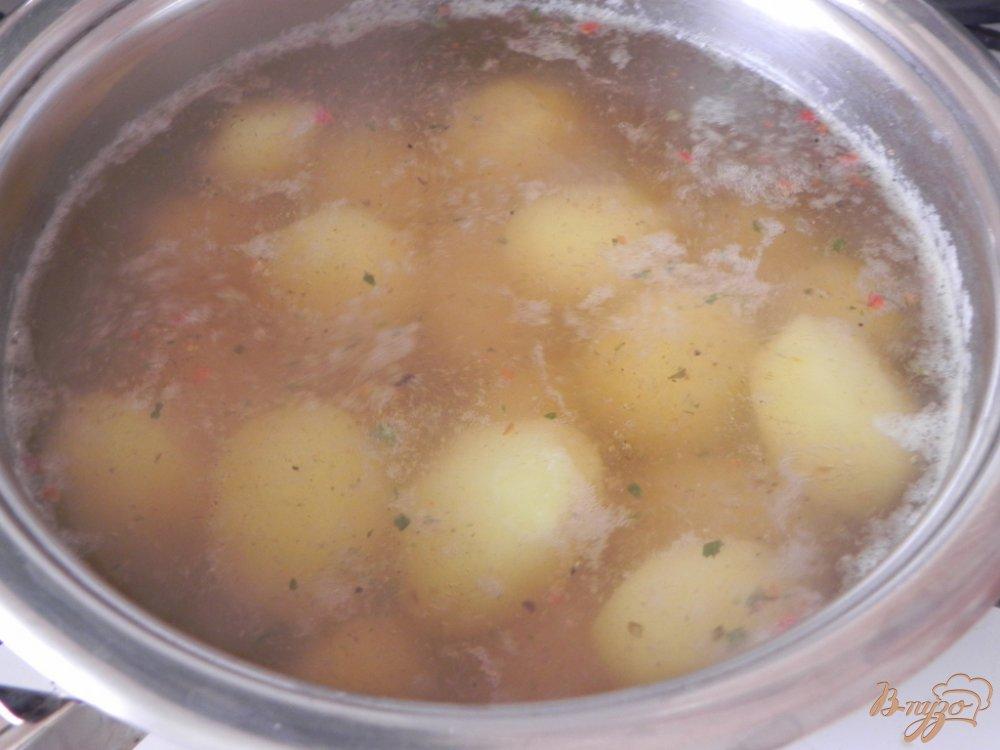 Фото приготовление рецепта: Отварной картофель со специями шаг №4