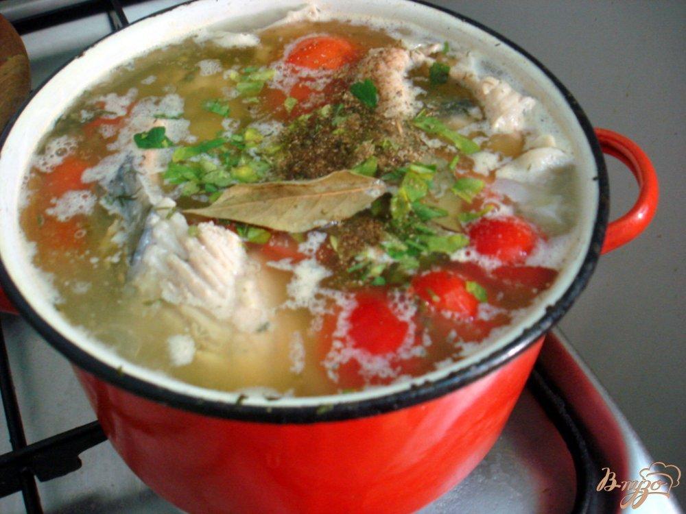 Фото приготовление рецепта: Рыбный суп с томатами шаг №7