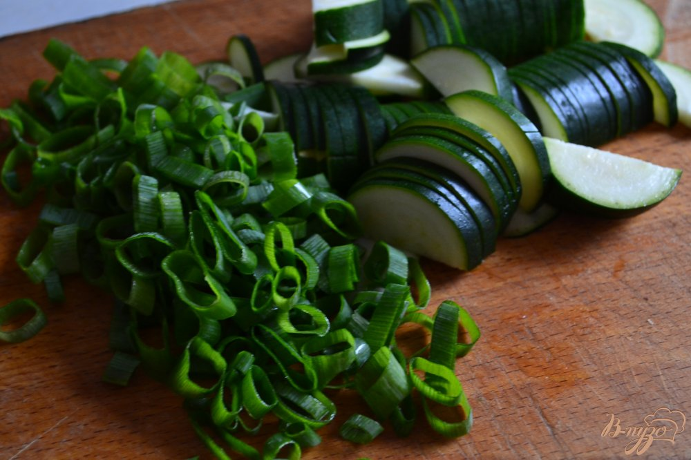 Фото приготовление рецепта: Салат с помидорами и цукини шаг №1