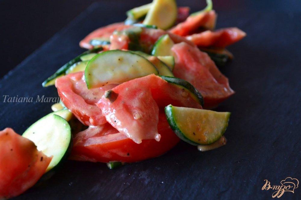 Фото приготовление рецепта: Салат с помидорами и цукини шаг №3