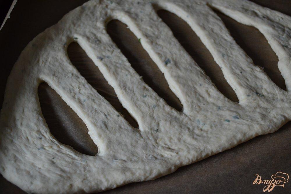 Фото приготовление рецепта: Фугасс с розмарином и сыром шаг №5