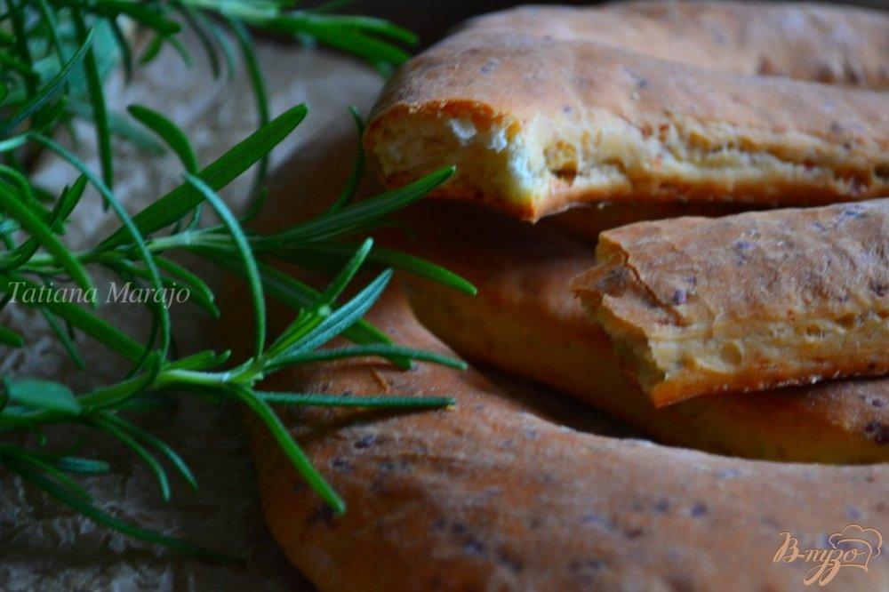 Фото приготовление рецепта: Фугасс с розмарином и сыром шаг №7