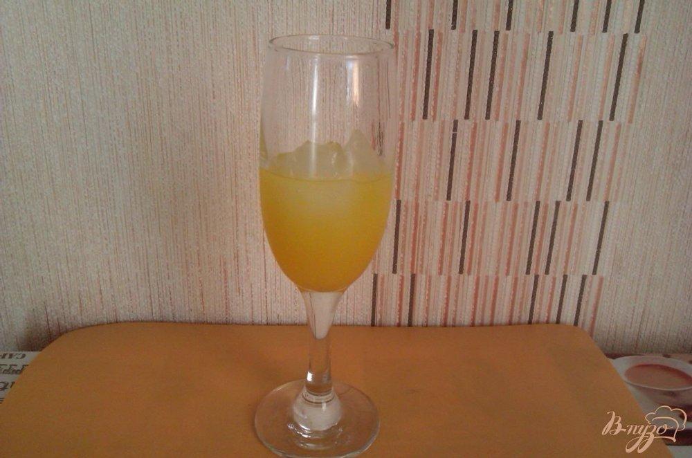 Фото приготовление рецепта: Лёгкий коктейль с ликёром  Лимончелло шаг №3